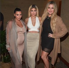 Pregnant with her second child Kim K is rocking the crop top at the launch of her family new apps!! // Enceinte de son deuxième enfant Kim K porte fièrement le crop top au lancement des nouvelles apps des Kardashian