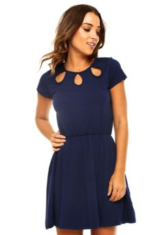 Vestido Curto FiveBlu Gotas Azul, com recortes vazados em gotas, modelagem evasê, manga curta e decote redondo.Confeccionado em malha 96% Viscose e 4% Elastano.Medidas: Ombro: 7cm/ Manga: 13cm/ Busto: 96cm/ Comprimento: 89cm/ Tamanho: P.Medidas da Modelo: Altura: 1,70m / Busto: 85cm/ Cintura: 63cm / Quadril: 93cm.