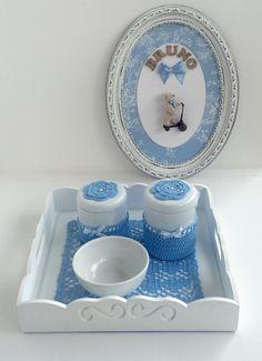 kit de higiene para quarto de bebê. <br>- Bandeja com 2 potes e 1 tigela. <br>Bandeja em MDF pintada de branco, com fundo em crochê e vidro. <br>Potes em louça com detalhes em crochê. <br>PS. Quadro ilustrativo.