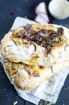 Spaans witbrooddeeg met een vulling van Chorizo, Pijnboompitten en Cashewnoten. Het brood is gedecoreerd met Manchego kaas met Rode Uien en Kruiden.