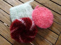 Le premier vient du net et présente une face en laine Creative Bubble et une autre en coton. Le second est tricoté simplement en côtes anglaises. Une face est réalisée avec un fil simple en alternant les couleurs. Pour l'autre j'ai utilisé les 2 fils... Creative Bubble, Knit Crochet, Bubbles, Crochet Patterns, Knitting, Simple, Potholders, Other, Sock Crafts