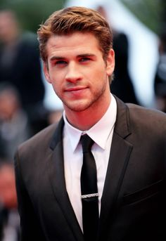 Look no further! Liam Hemsworth Is Single And Ready To Mingle (Feel kind of bad for him though! Liam Hemsworth, Hemsworth Brothers, Banks, Future Mrs, Raining Men, Haircuts For Men, Funky Hairstyles, Men's Hairstyles, Formal Hairstyles