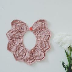 Knitted collar.