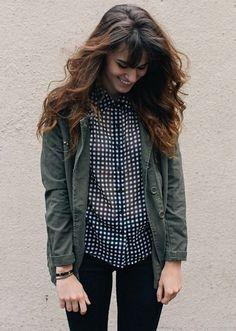 Veste kaki légère + chemise à petits carreaux noirs et blancs + slim noir = le bon look