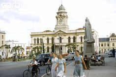 This picture shows the City Hall when there was still a fountain in front of the building. Managed to fall into it as a young child. Long story, New Year's Eve, when grown-ups got silly. Port Elizabeth South Africa, Long Stories, Small Town Girl, Antique Maps, Live, Small Towns, Picture Show, Fountain, The Past