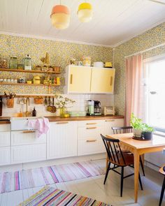 70s Kitchen, Cute Kitchen, Easy Home Decor, Home Decor Trends, Kitchen Themes, Kitchen Decor, Apartment Therapy, Ikea, Interior Styling