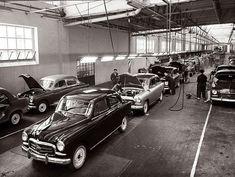 El primer Seat, el 1400, cumple 60 años. El 13 de noviembre de 1953 salió de la planta de Zona Franca, en Barcelona, el primer Seat, el 1400, un sedán muy útil para los Cuerpos Oficiales del Estado y también para los taxis. Cada unidad tenía un precio franco fábrica de 121.875 pesetas y el ritmo de fabricación diaria era de cinco unidades.