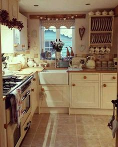 Tips For Implementing New Kitchen Decor Ideas. Do you want to renew your kitchen, however without changing everything in it? By merely redecorating the kitchen, it is possible to give that whole room a Cocina Shabby Chic, Shabby Chic Kitchen, Vintage Kitchen, Farmhouse Interior, Farmhouse Kitchen Decor, Cottage Farmhouse, Country Cottage Kitchens, Small Cottage Kitchen, Modern Farmhouse