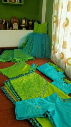 Super Ideas For Fashion Kids Twins Mother Daughters Mommy Daughter Dresses, Mom And Baby Dresses, Mother Daughter Fashion, Mother Daughter Dresses Matching, Mother Daughters, Mom Daughter, Saree Blouse Designs, Blouse Patterns, Parrot Green Saree