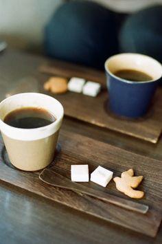 Café con bandeja y cuchara de madera