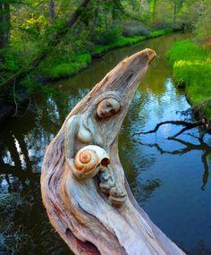 Essa artista trabalha troncos de árvores esculpindo ninfas que se fundem na natureza das florestas