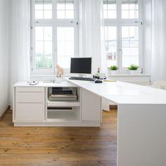 Puristischer Schreibtisch / Beratungstisch mit Technikcontainer
