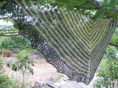 Châle automnal en pointe ,en laine islandaise ,style dentelle des îles Shetland : Echarpe, foulard, cravate par marie-french-touch