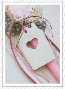 lb5053 {15,90 €} χειροποίητη λαμπάδα με ξύλινο διακοσμητικό σπιτάκι και υφασμάτινες ρομαντικές κορδέλες (ύψος 40εκ.) ΛΕΠΤΟΜΕΡΕΙΑ