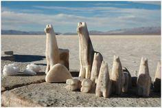 Provincia de Jujuy, Argentina . Salinas Grandes: Los obreros del lugar trabajan los panes de sal que se moldean con picos y hachas y luego venden como souvenirs.