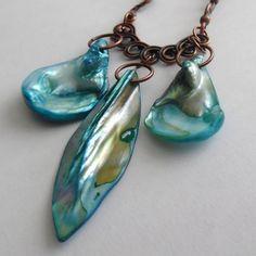 Perleťový+troják+Náhrdelník+z+perleťových+přívěsků,říčních+perliček+a+kovových+komponentů+v+barvě+staroměď.Obvod+náhrdelníku+je+45+cm,nejdelší+přívěsek+měří+5,5+cm. Drop Earrings, Jewelry, Fashion, Jewellery Making, Moda, Jewerly, Drop Earring, Fasion, Jewlery