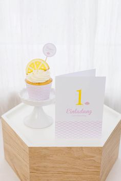 1. Geburtstag (Foto: Silvia / candid moments) Happy Birthday, Place Cards, Place Card Holders, Pink, Invitation Birthday, 1 Year Birthday, Birthday Photos, Lemon Yellow, Invitations