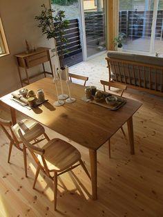 パイン材の床にオーク・ナラ無垢材の家具で統一したリビングダイニング!テーパー脚のデザインを共通させて家具をセレクト