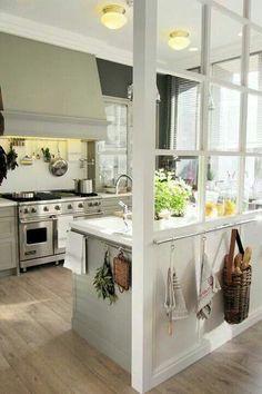 pavimento legno sbiancato e cucina bianca_ bello il dettaglio della vetrata a separare la zona cucina