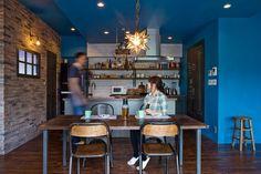 アンティーク調フローリングやブリックタイル、エイジング塗装された板壁など、癖の強い素材をビビッドな青でまとめあげるインテリアコーディネートがお見事。 Decoration, Mansions, Architecture, Interior, Kitchen, Room, Furniture, Home Decor, Teapot