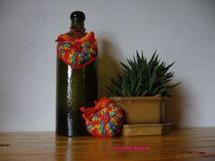 Melírované srdíčko Srdíčko háčkované z bavlněných přízí s červenými knoflíky a oranžovou mašlí. Srdíčko je naplněné polyesterem. Rozměry cca 6x7cm, délka očka cca 10cm. Cena je za 1ks.