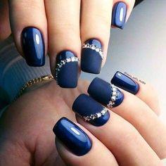 I like the idea. Part of nail is glossy and part is matte and the gems there...OMG... (Líbí se mi ten nápad. Část nehtu lesklá a část matná a ty kamínky... O můj bože... )