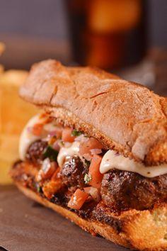 Σάντουιτς με κεφτέδες και μοτσαρέλα Food To Go, Food And Drink, Cookbook Recipes, Cooking Recipes, Yams, Burritos, Pulled Pork, Street Food, Finger Foods