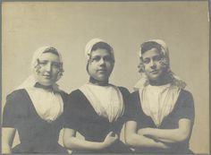 Drie jonge vrouwen in Walcherse streekdracht.