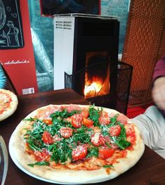 włoska pizza w Krakowie <3 i ogrzewanie za pomocą włoskiego piecyka Caminetti Montegrappa! perfect match! Vegetable Pizza, Vegetables, Food, Design, Essen, Vegetable Recipes, Meals, Yemek, Eten