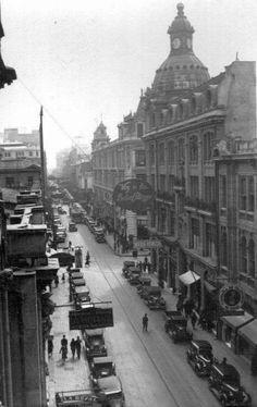 Vista de la Calle Estado de Santiago en el año 1940. Santa Lucia, Cities, South America, Paris Skyline, Past, Old Things, Street View, World, Places