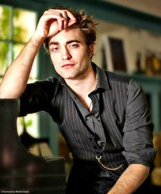 Edward Cullen Photo: This Photo was uploaded by Phantom_Rouge. Find other Edward Cullen pictures and photos or upload your own with Photobucket free ima. Edward Cullen Robert Pattinson, Robert Pattinson Twilight, King Robert, Robert Douglas, Crush Crush, O Maskara, Twilight Edward, Twilight Poster, Edward Bella