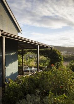 http://www.perfecthideaways.co.za/Details/Birdhouse?Itemid Bird House is the #bolthole of renowned Cape Town-based artist, #Beezy #Bailey, with bo-ho chic interiors that are very easy on the eye. But it's the mesmerizing views of the vlei and its ever-present backtrack – birds twittering all day, a frog symphony at night – that really sets this #Plett house apart.