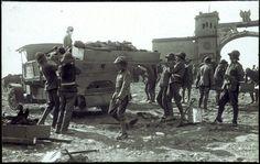 Recogiendo cadáveres de Monte Arruit (Marruecos), después del verano de 1921. El Desastre de Annual. ARCHIVO HISTÓRICO DE ALCALÁ DE HENARES http://ep01.epimg.net/cultura/imagenes/2016/03/21/actualidad/1458581201_182703_1458590597_sumario_normal_recorte1.jpg
