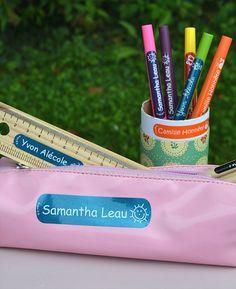 Des étiquettes colorées pour marquer les stylos, la trousse, les feutres...
