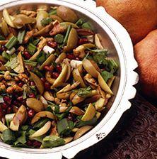 Ιδιαίτερη σαλάτα, που συνδυάζει τις φακές με τις πράσινες ελιές, την κάππαρη και το τραγανό καρύδι σε αρμονική συνεύρεση με το ρόδι.
