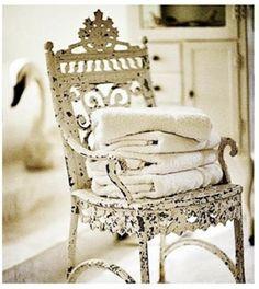 blanco en mal estado elegante silla por Perriwinkle princesa