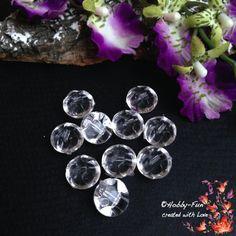 """10 halbrunde Arylperlen """"Transparent"""". Diese Perlen sind halbrund, die andere Seite hat Riffelungen. Aussergewöhnich auch zum Verarbeiten durch das oben liegende Fädelloch. Für viele kreative Ideen geeignet. Diese Perle ist eine Augenweide an jedem Dekollteé."""