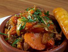 Arnaki kokkinisto me melitzanes Greek Recipes, Pot Roast, Cheddar, Food And Drink, Beef, Chicken, Ethnic Recipes, Carne Asada, Meat