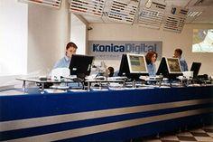 Многоместная операционная стойка, изготовленная на заказ для фотосалона Konica.
