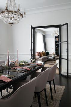 Skap lun og koselig julestemning med innslag av grønt, rosa- og burgundertoner. Arkivet.co er en digital markedsplass for interiørdesignere, hvor du kan få profesjonell planer for din oppussing😄 Følg @arkivetco for mer inspirasjon, tips og tjenester! #arkivet_co #arkivet #interiørforalle #oppussing #interiørarkitekt #interiørdesigner #interiordesigner #interiørdesign #interiordesign #interiorinspo #nybolig #norskehjem #jul #julepynt #juledekorasjon #julestemning Oversized Mirror, Conference Room, Table, House, Furniture, Home Decor, Decoration Home, Home, Room Decor