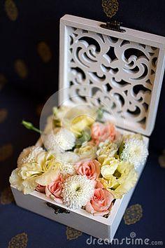 https://thumbs.dreamstime.com/x/lubna-wizka-kwiaty-w-pudeku-63952543.jpg