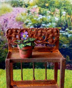 Plante verte fleur pensée miniature dans pot en terre cuite maison de poupées échelle 1:12 de la boutique MadeInEven sur Etsy