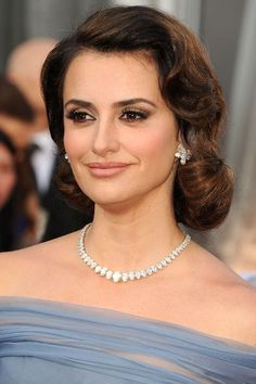 Penelope Cruz channelled old Hollywood glamour with her faux bob at this year's Academy Awards. Penelope Cruz, Hollywood Glamour Hair, Old Hollywood Hair, Vintage Hairstyles, Wedding Hairstyles, Cool Hairstyles, Pelo Vintage, Faux Bob, Vintage Wedding Hair