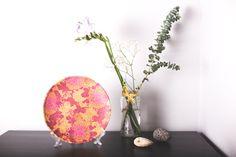 Plato de cerámica decorativo. Motivo Flores.  Hecho a mano