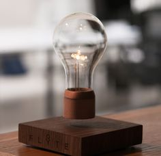 Diese moderne Tischlampe funktioniert mit Magnetfeld