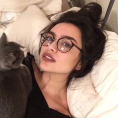Symbol, Mädchen und Site-Modell Mädchen Bild - How to wear Glasses - Brille Cute Glasses, New Glasses, Girls With Glasses, Girl Glasses, Makeup With Glasses, Glasses Style, Glasses Outfit, Hipster Glasses, Lunette Style
