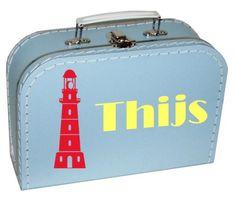 Een leuk koffertje met daarop een vuurtoren en de naam van je kindje.