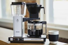 The Moccamaster KBG coffeemaker features a glass carafe and an automatic drip-stop brew-basket that stops the flow of coffee if the carafe is pulled away. Free Coffee Maker, Thermal Coffee Maker, Pour Over Coffee Maker, Coffee Maker Reviews, Pod Coffee Makers, Best Coffee Maker, Cold Brew Coffee Maker, Coffee Drinks, Coffee Cups