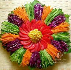The wonderful presentation of health in your hands - Food Carving Ideas Veggie Platters, Veggie Tray, Food Platters, Deco Fruit, Salad Design, Creative Food Art, Fruit And Vegetable Carving, Food Carving, Food Buffet