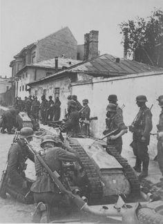 1944, Pologne, Varsovie, Des soldats allemands préparent un Leichter Ladungsträger Goliath (Sd.Kfz 302/303a/303b) lors de la répression de l'insurrection   by ww2gallery